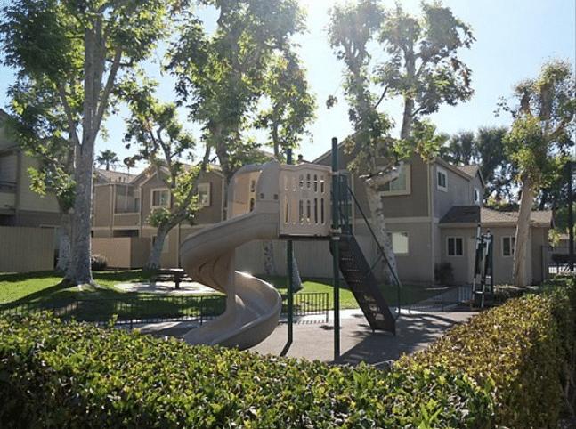la apartments backyard